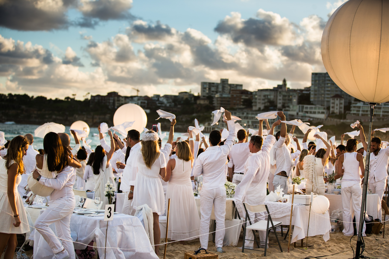 The World S Largest Dinner Party Dinner En Blanc